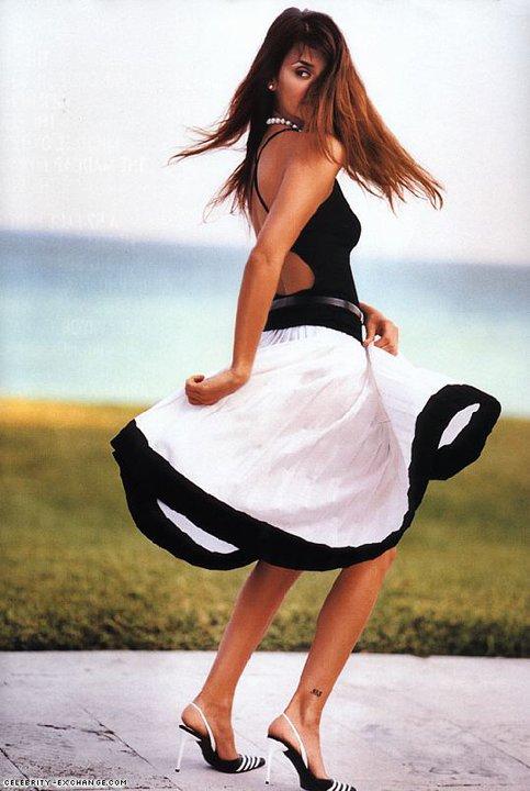 Пенелопе Круз в коктейлна рокля с гол гръб