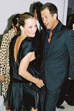 Кейт Мос в къса черна рокля с изрязан гръб Lanvin с Марио Тестино