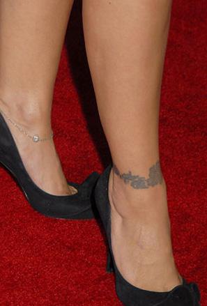 Татуировка гривна от лиани около глезена на Алиса Милано