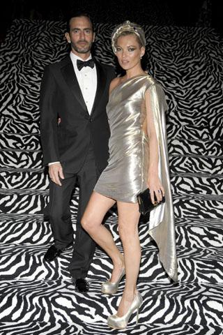 Кейт Мос в сребрист тоалет с шапка заедно с Марк Джейкъбс на гала вечеря