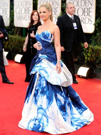 Сара Мишел Гелър в  рокля с уникално оцветяване Monique Lhuillilier