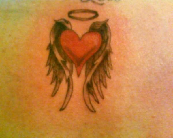 Татуировка сърце с ореол и крила