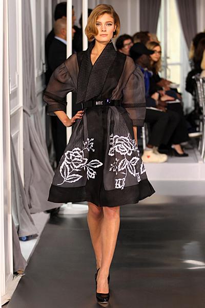 Ефирна черна разкроена рокля с бяла бродерия Haute Couture на Dior за Пролет-Лято 2012