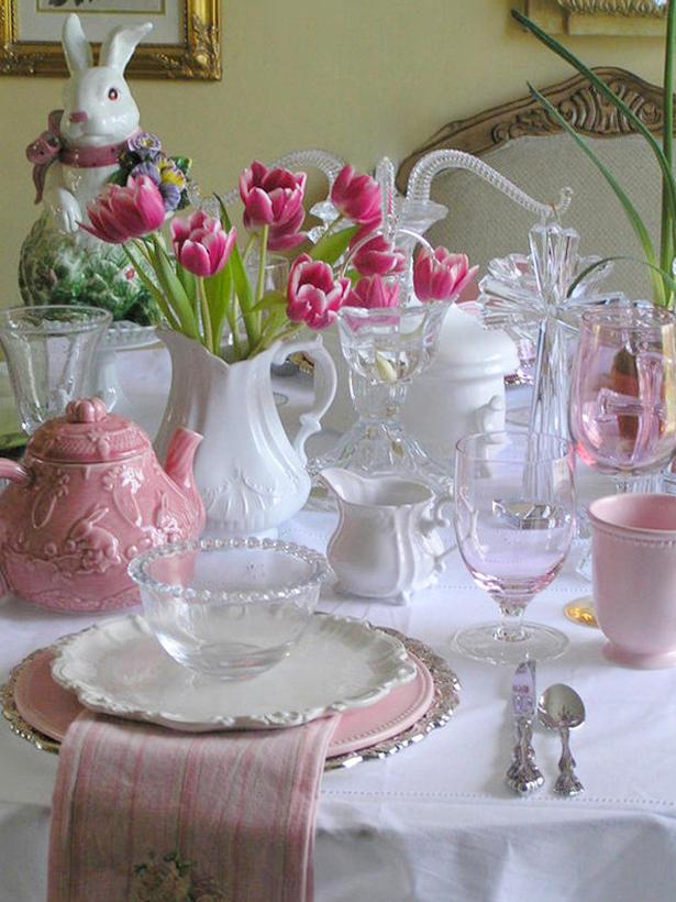 Красиво подредена маса за Великден с цветя и заек