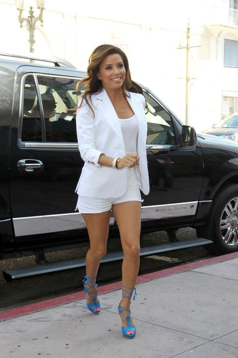 Ева Лонгория в бели панталонки, топ и сако