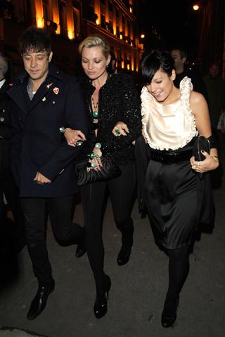 Кейт Мос в черен клин панталон и фешън сако с Джейми Хинс и Лили Алън