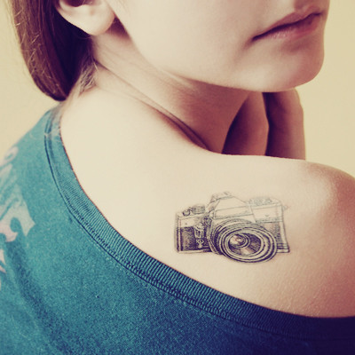 Татуировка фотоапарат на рамото