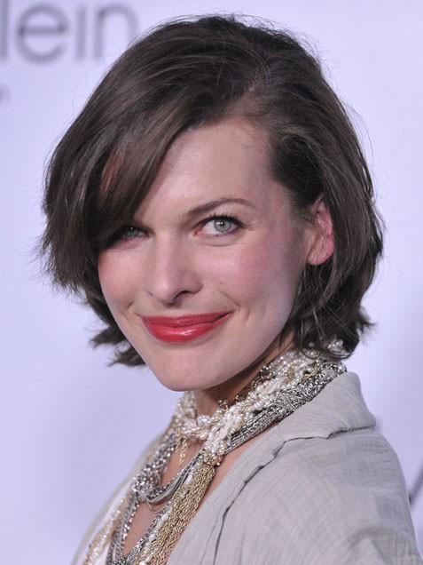 Мила Йовович с етажирана прическа за къса коса