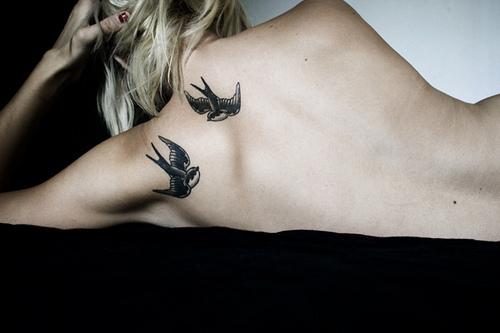 Татуировка две лястовички на гърба