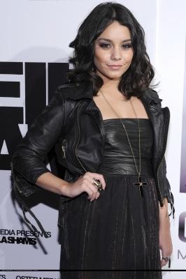 Ванеса Хъджънс в черна рокля с черно кожено яке