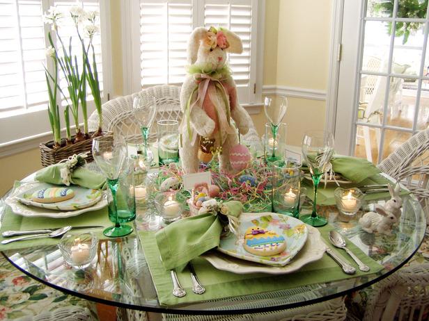 Украса на масата за Великден с плюшен заек