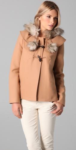 Късо бежово палто с пухена яка и помпони Juicy Couture зима 2011 2012