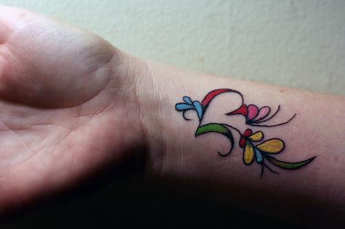 Стилизирано сърце цветно - татуировка на китката