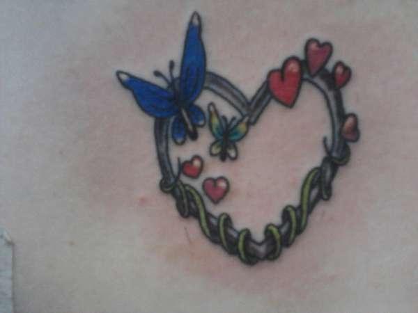 Татуировка метално сърце с пеперуда