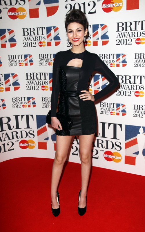 Виктория Джъстис в черна коктейлна кожена рокля