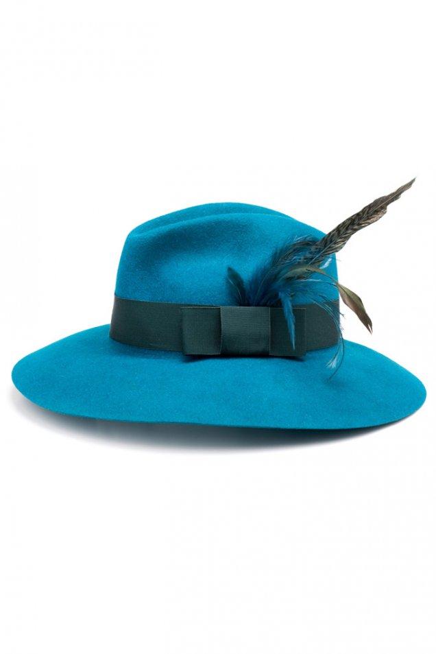 Синя шапка с периферия и перо Gucci есен-зима 2011