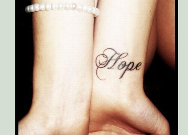 Татуировка дума на китката