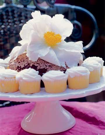 Ефектно сервиране на малки кексчета с голямо цвете