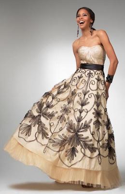 Дълга рокля без презрамки модел принцеса в мръсно бяло с черни бродерии за бал 2012