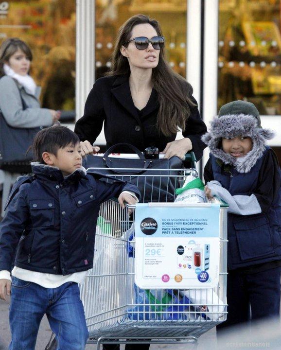 Анджелина Джоли на пазар с Мадокс и Пакс