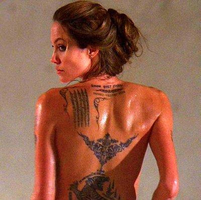 Анджелина показва множеството татуировки по гърба си