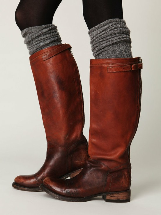 Кафяви широки ботуши, сиви чорапи и черен чорапогащник