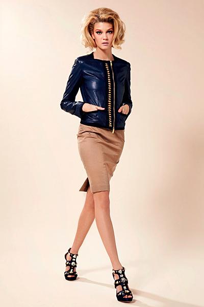 Бежова права пола и тъмно синьо късо сако Предпролетна колекция Blumarine за 2012