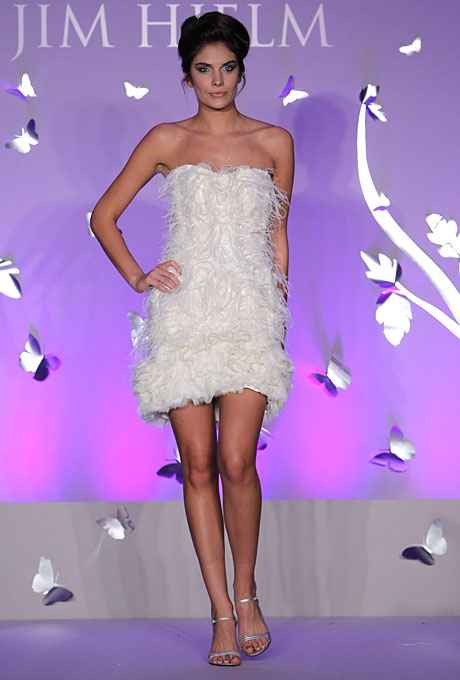 Къса булчинска рокля с пера Jim Hjelm пролет 2012