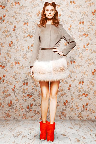 Сива къса разкроена рокля с ивица кожа на полата Ulyana Sergeenko есен-зима 2011