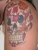 Цветна татуировка череп изрисуван с цветя