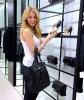 Блейк Лайвли с широка усмивка в любимия си магазин на Chanel