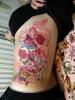 Сладка цветна татуировка отстрани на торса със сладоледи и лакомства
