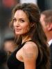 Татуиран текст в горната част на ръката на Анджелина Джоли