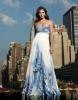 Дълга рокля без презрамки бял фон със сини рисунки за бал 2012