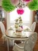 Празнична украса за трапезата на Великден с етажирани вази с цветя