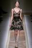 Нежна рокля телесен цвят с черна дантела от Valentino