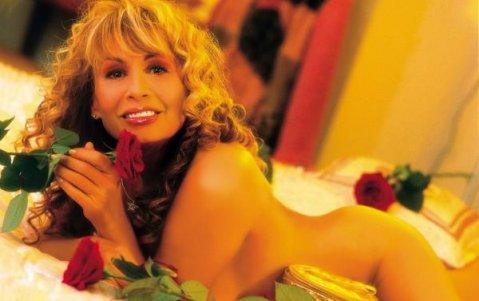 Лили Иванова гола с рози