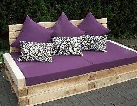 диван легло в градината от стари палети