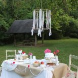 Окосена морава в двора, с маса за хапване и беседка
