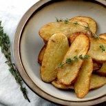 Хрупкави печени картофки на филийки със сол и малко оцет