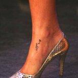Татуировка нота и ключ сол на глезена на Риана