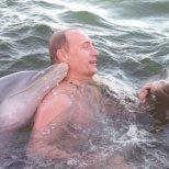 Владимир Путин плува с делфини
