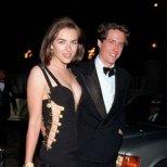 Прочутата рокля с безопасни игри на Gianni Versace, с която Елизабет Хърли се прочу