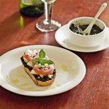 Брускета с маслинова паста, домат и сирене