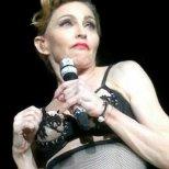 Мадона си показва гърдите