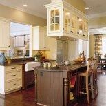 Кухненски бар плот със столчета и висящи шкафчета със светлини