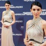 Рууни Мара впечатлява с дълга рокля на точки Rodarte