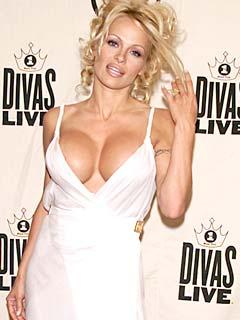 Памела Андерсън в изрязана бяла рокля