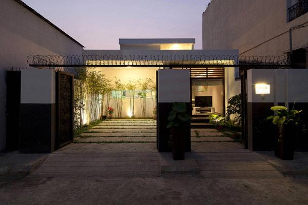 Вход към модерно жилище във Виетнам