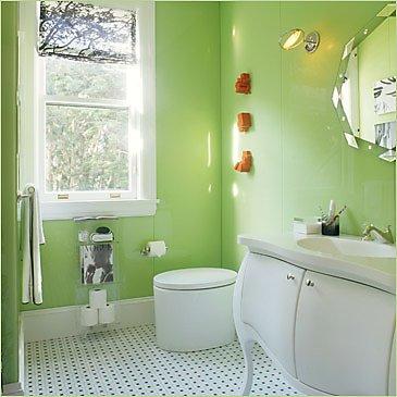 Модерна баня със зелени стени и бяло обзавеждане